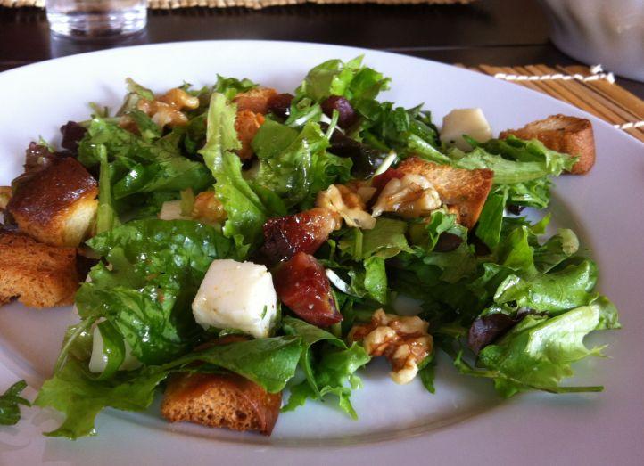 insalata con prosciutto crudo, noci e crostini di pane