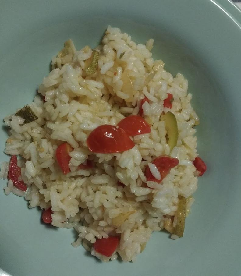 riso freddo con pomodori piccanti e zucchine