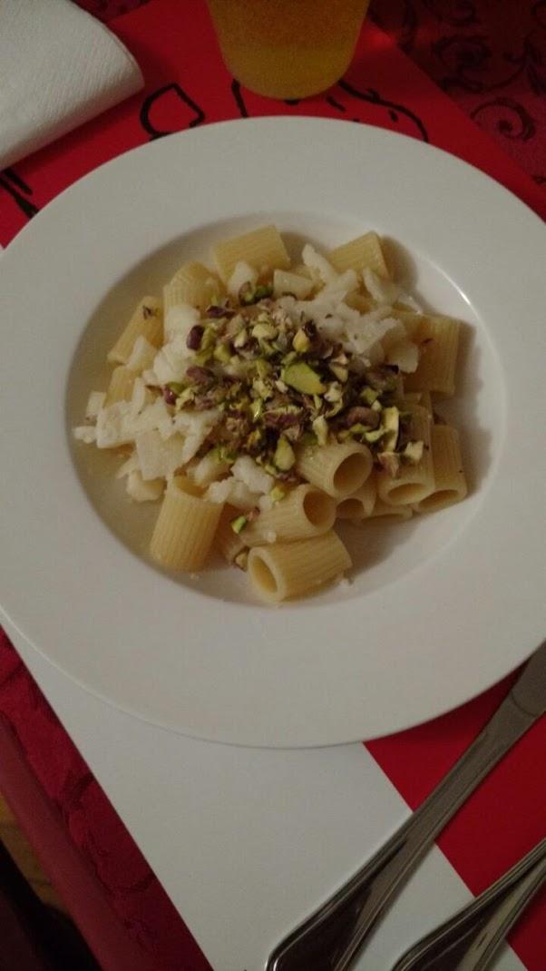 mezze maniche con pecorino e pistacchi