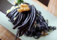 Tgaliolini al nero di seppia con gamberi e lime