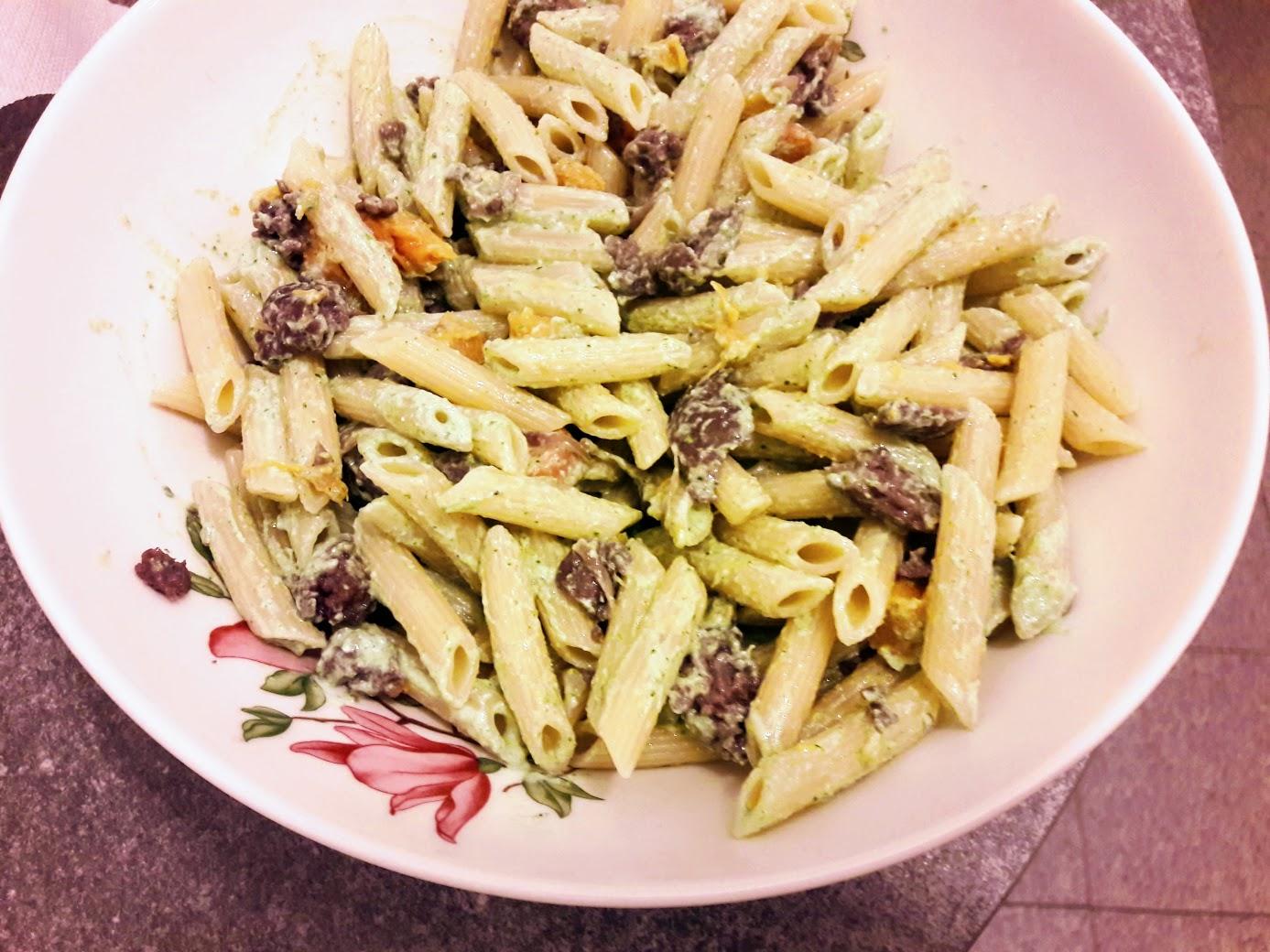 pasta con salsiccia, zucca e crema di lattuga