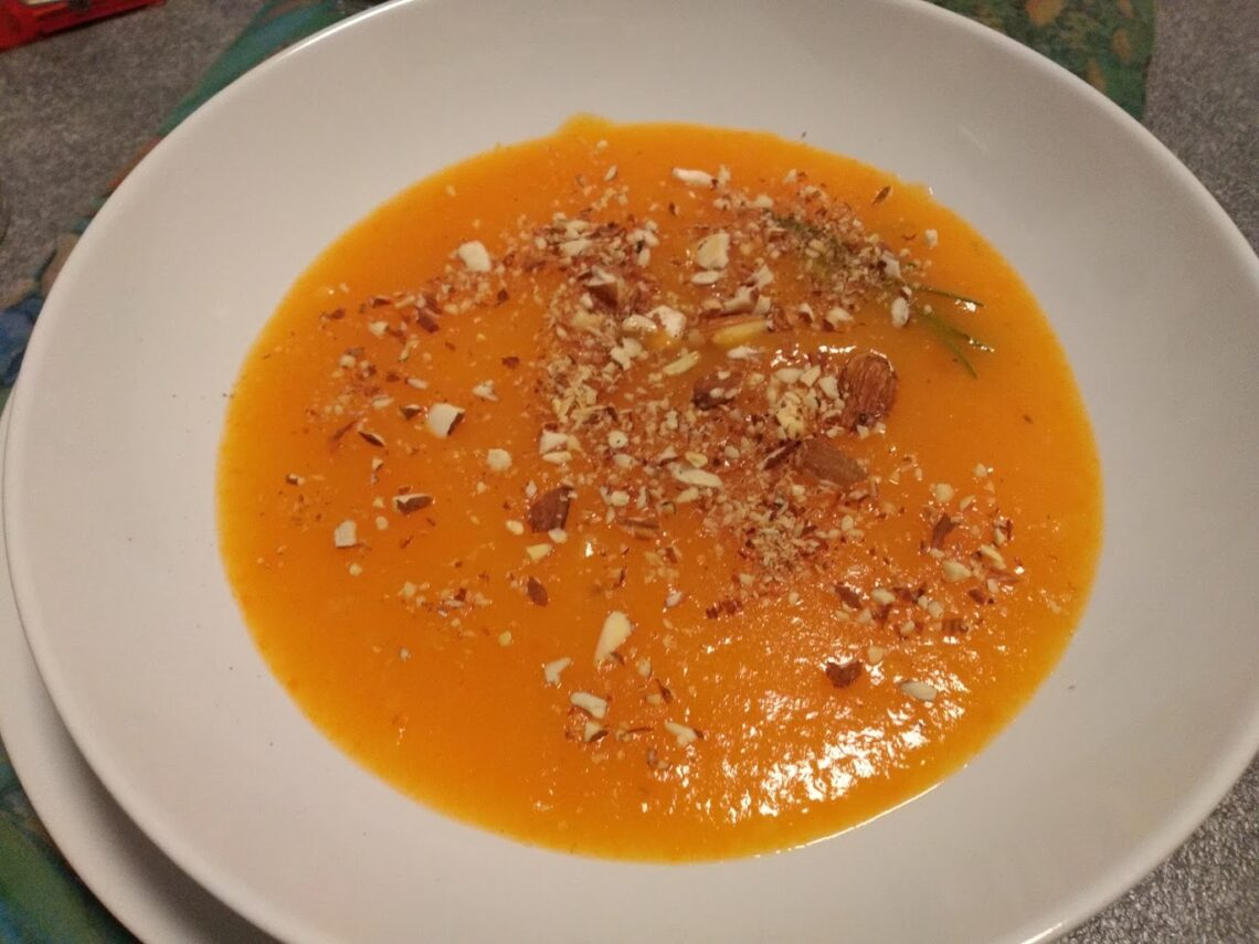vellutata di carote e patate con mandorle